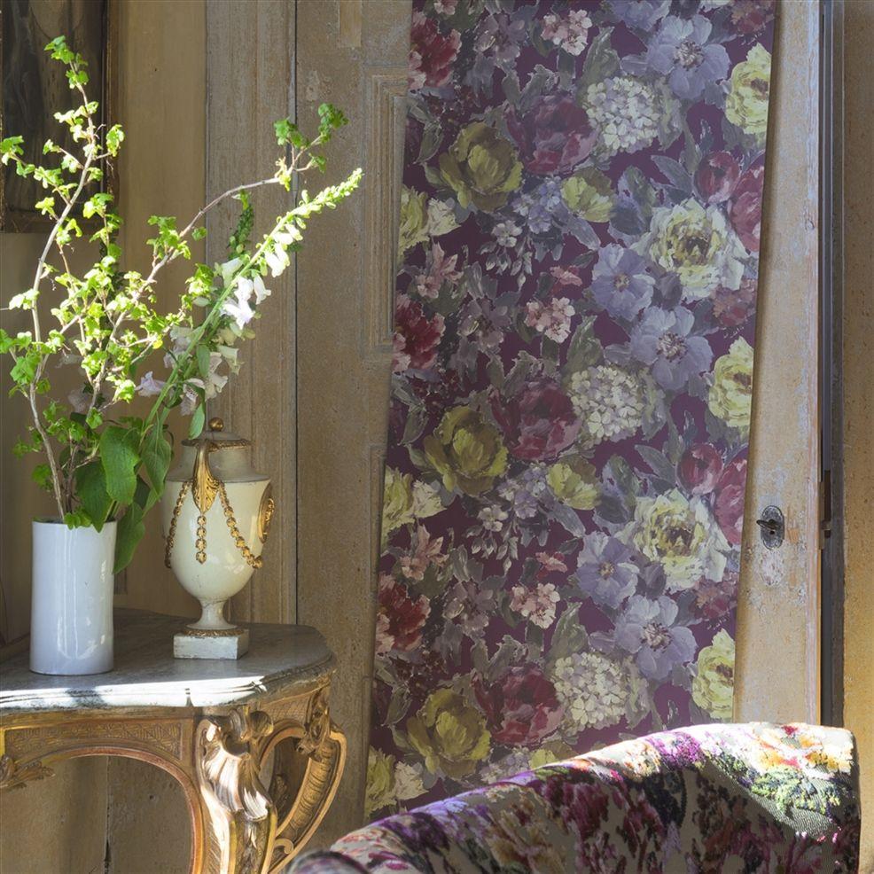 Scene van behang Roseto uit de The Edit - Flowers Wallpaper Volume I-collectie van Designers Guild