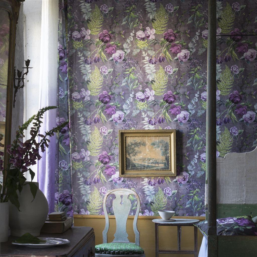 Scene van behang Tulipani uit de The Edit - Flowers Wallpaper Volume I-collectie van Designers Guild